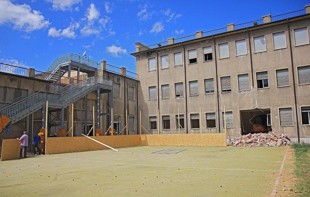 Liceo classico cantiere fermo i lavori per la messa in for Piani dell edificio per la colazione