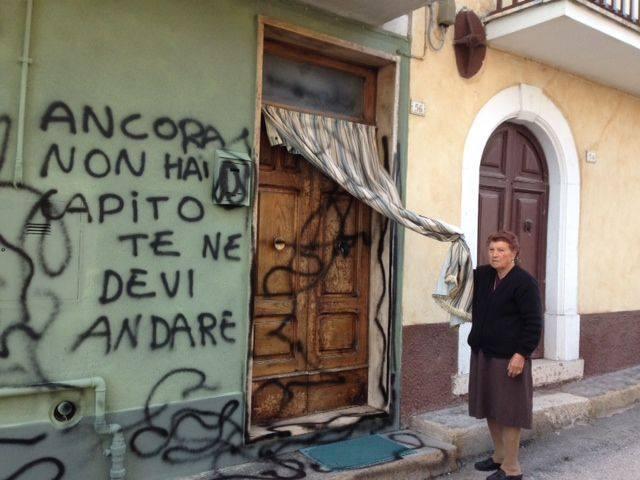 Ordigno esplode davanti all 39 abitazione di un 39 anziana minacce con scritte sui muri marsicalive - Scritte muri casa ...