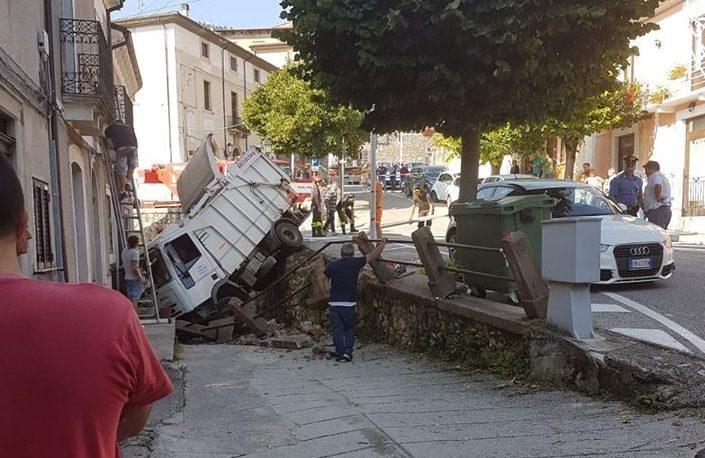 Camion dei rifiuti si sfrena e si schianta addosso a un'abitazione, diversi danni ma nessun ferito