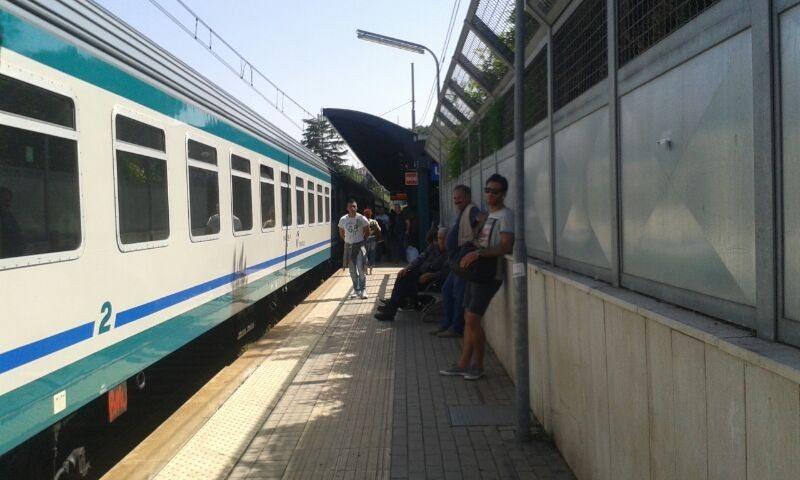 Linea ferroviaria in tilt per un guasto elettrico, disagi per i passeggeri bloccati a Tivoli