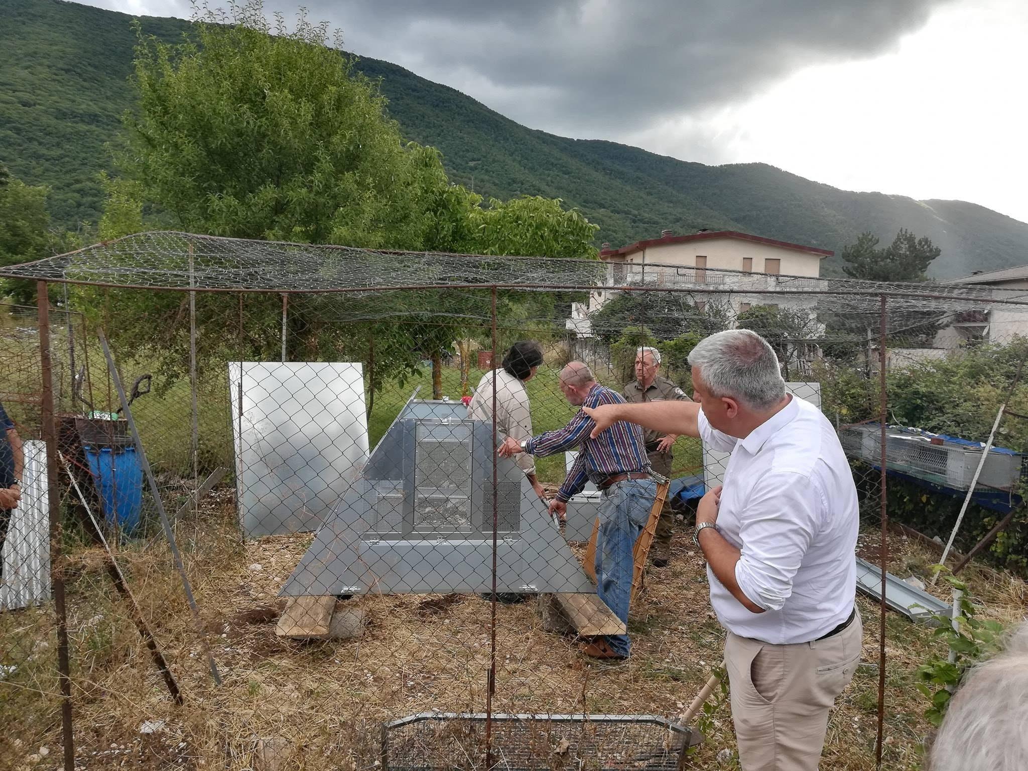 Inaugurati a Collelongo i pollai a prova d'orso, impediranno al plantigrado di entrare